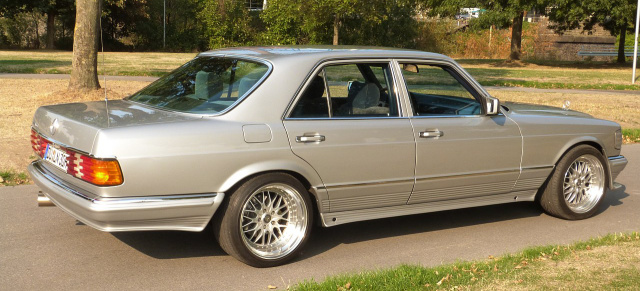 mercedes-benz-500-se-w126-renner-im-silbernen-smoking-13763.jpg